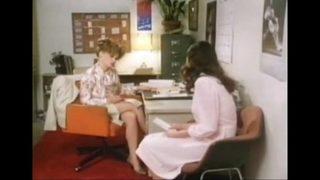 Filmino Vintage maestra e alunna lesbiche pelose si toccano