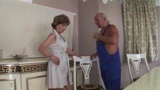 Anziana signora fa sesso con idraulico